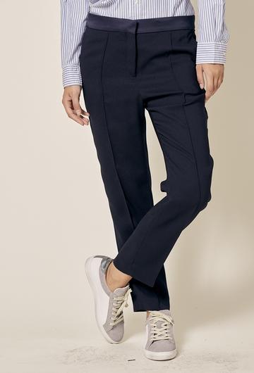 Pantalon cigarette avec poches. Coupe ajustée. Longueur :