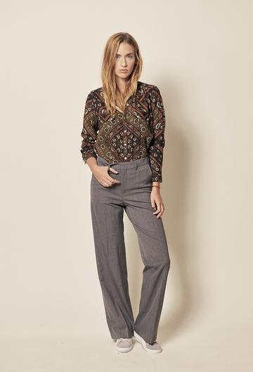Pantalon de tailleur. Coupe loose. Longueur : 111 cm (pour