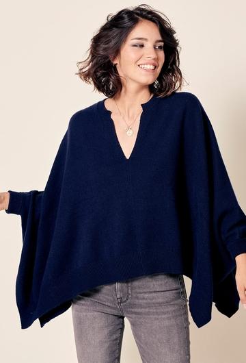 Pull large carré en laine.  La mannequin mesure 1m72 et
