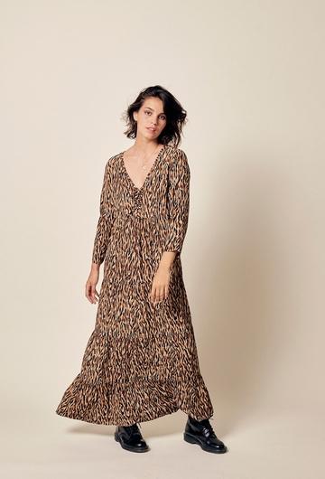 Robe longue imprimée en viscose. Coupe ajustée. Col tunisien