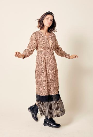 Robe longue évasée en coton. Coupe ajustée pour le haut de