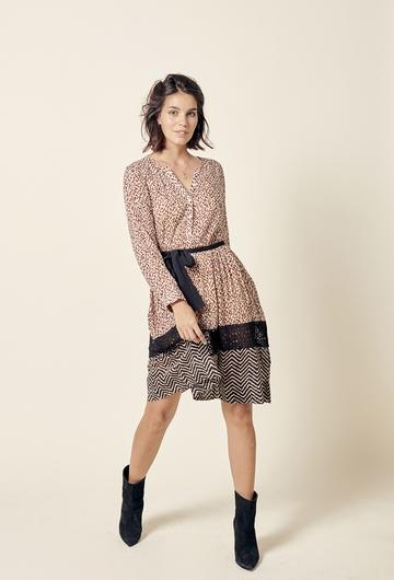 Robe courte imprimée, coupe ajustée pour le haut de la robe.