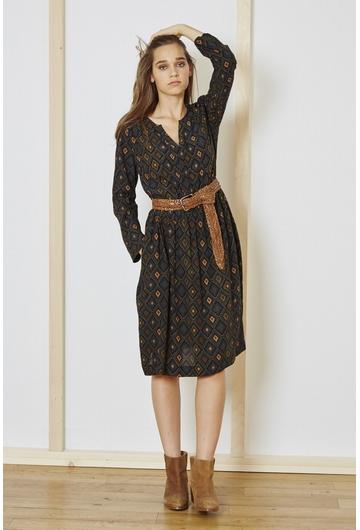 La robe Ranya de couleur kaki est une robe col V ceinturée à
