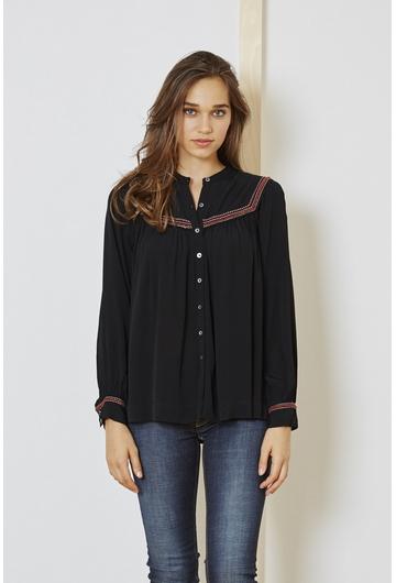 La chemise Romane est souple et fluide. Sa coupe droite et