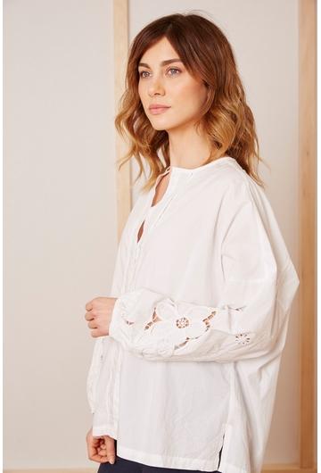 La chemise Marguerite : - Manche ample brodées - Col rond -