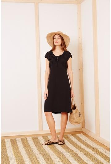 Notre petite robe noire Aloha, légère et fluide, sera
