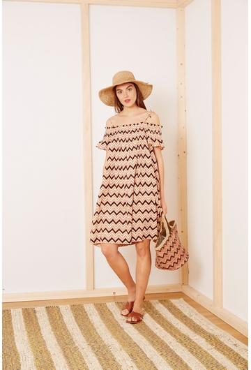 Notre robe Missoni, à encolure bardot, est parfaite pour le