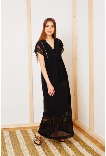 La robe Jaïpur, avec sa broderies et sa coupe fluide aux