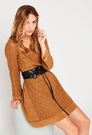 Notre robe courte Yuka :  - Col V, - Manches longues, -
