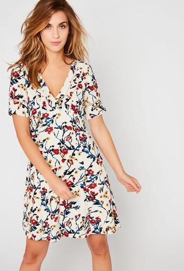 Notre robe Lilac, avec ses motifs fleuris, donnera une