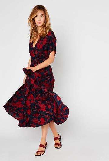 Notre robe Orchidée, fluide avec ses motifs floraux et
