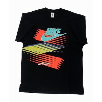 Le tee-shirt Nike x atmos est conçue dans une collaboration