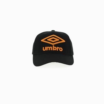 Casquette de la marque UMBRO qui arbore un coloris noir