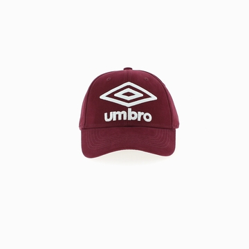 Casquette de la marque UMBRO qui arbore un coloris rouge