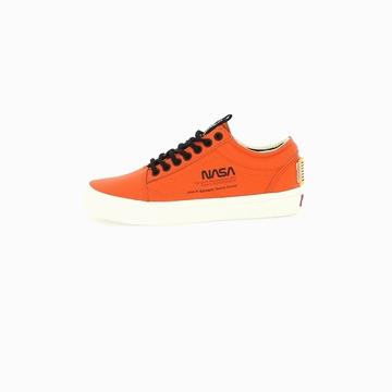 La VANS UA OLD SKOOL X NASA est une sneakers basse avec son